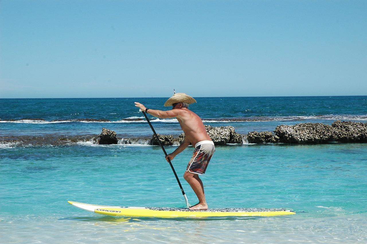 anziano-paddle-sale-mare